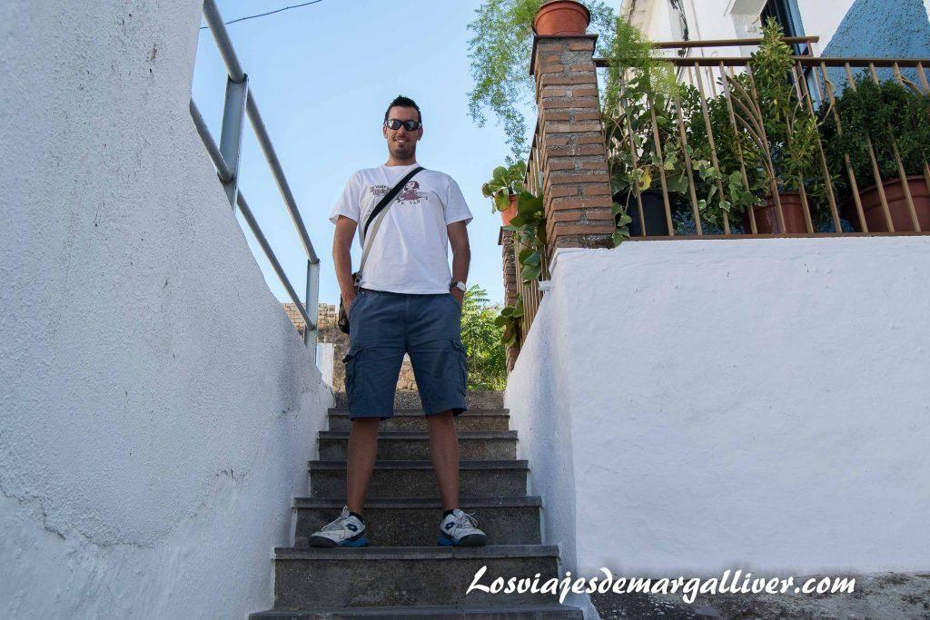 Kike en nuestra ruta por el barrio de las cruces de Alcalá la Real - Los viajes de Margalliver